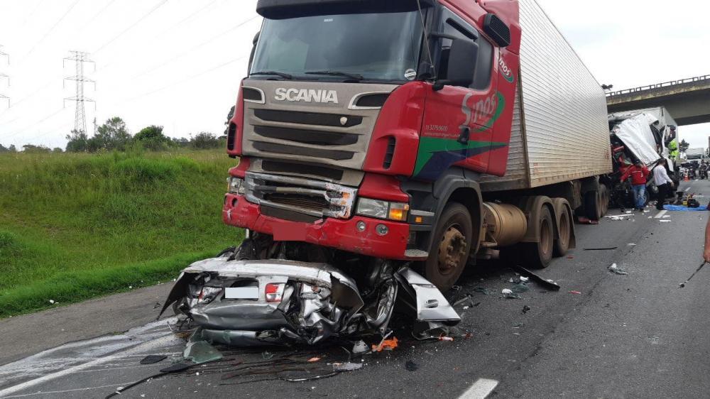 Acidente entre cinco veículos deixa cinco mortos e um gravemente ferido no Paraná