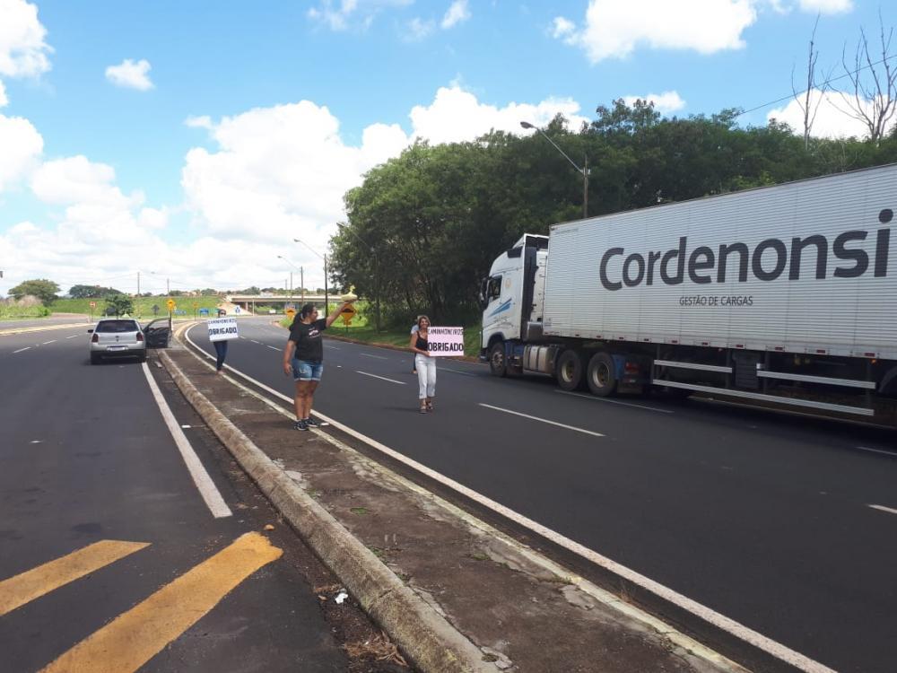 Grupo de voluntários distribui marmitas a caminhoneiros