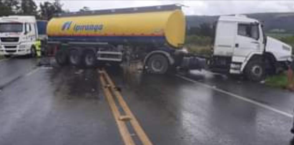 A Voz de Ibaiti e Região | TRAGÉDIA: Batida frontal entre carro e carreta  deixa quatro mortos na PR-151