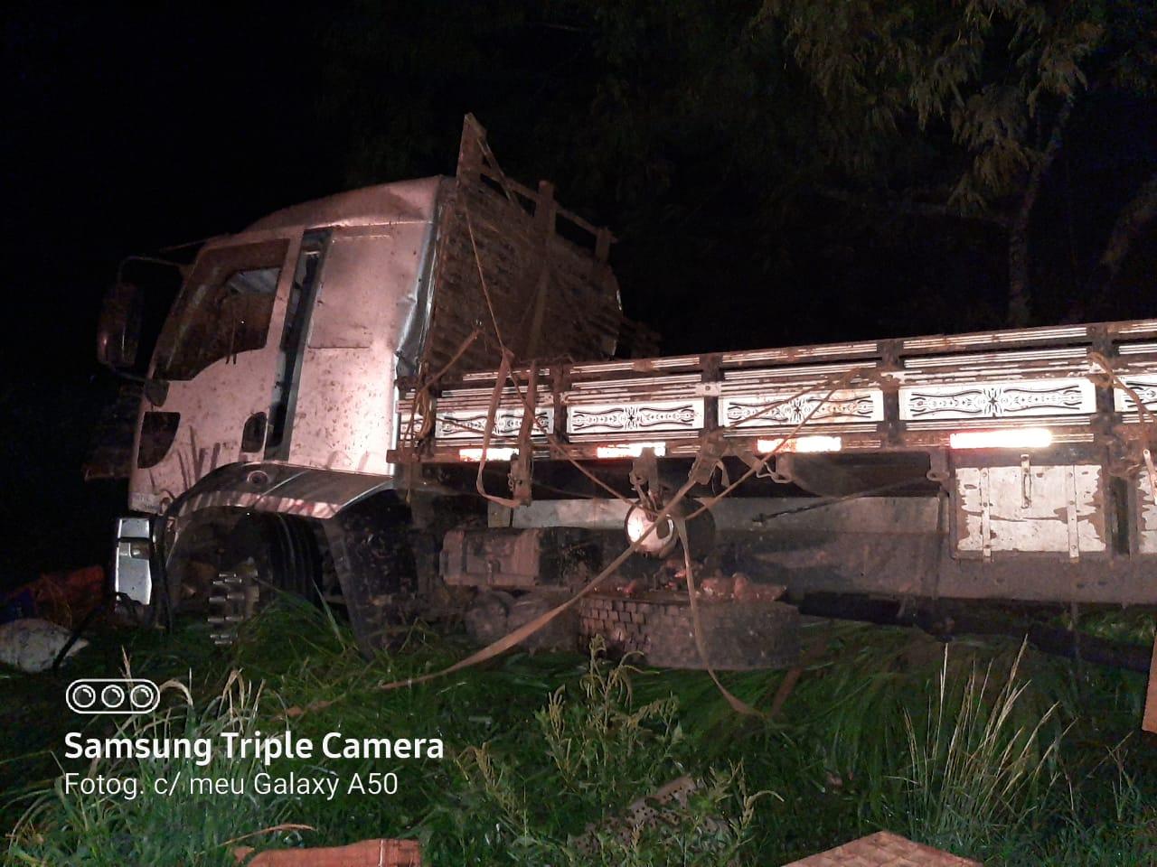 IBAITI: Caminhão carregado de batatas se choca contra barranco na BR 153