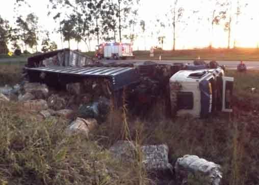 JACAREZINHO: Colisão entre carreta e carro-forte, que tombam em grota na BR 153