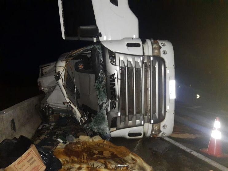 SERRA DO CADEADO: Motorista morre e enquanto morto, populares saqueiam a carga