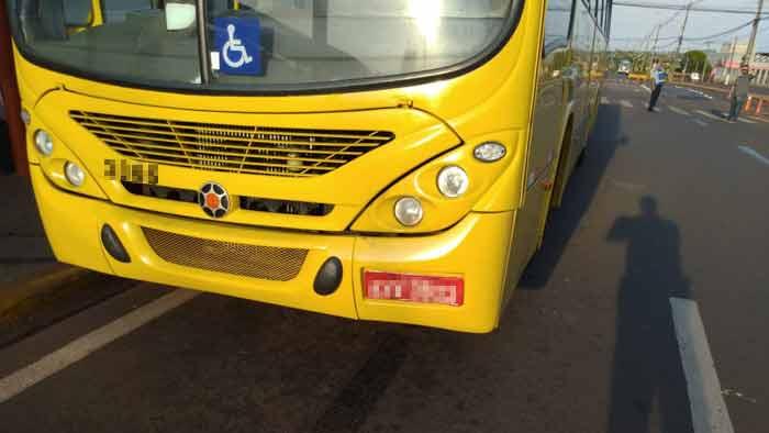 Motorista invade terminal, bate em ônibus e ofende vigilante pela cor da pele em Londrina